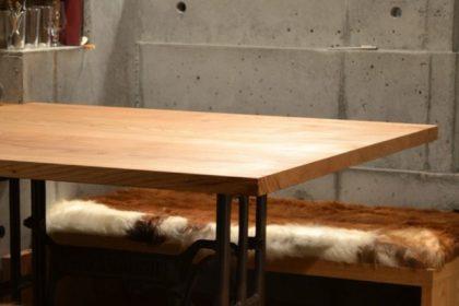 栗のテーブルとベンチ