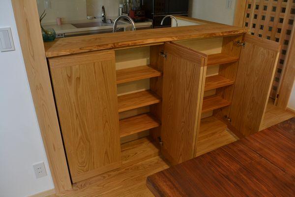 カウンター前食器収納棚